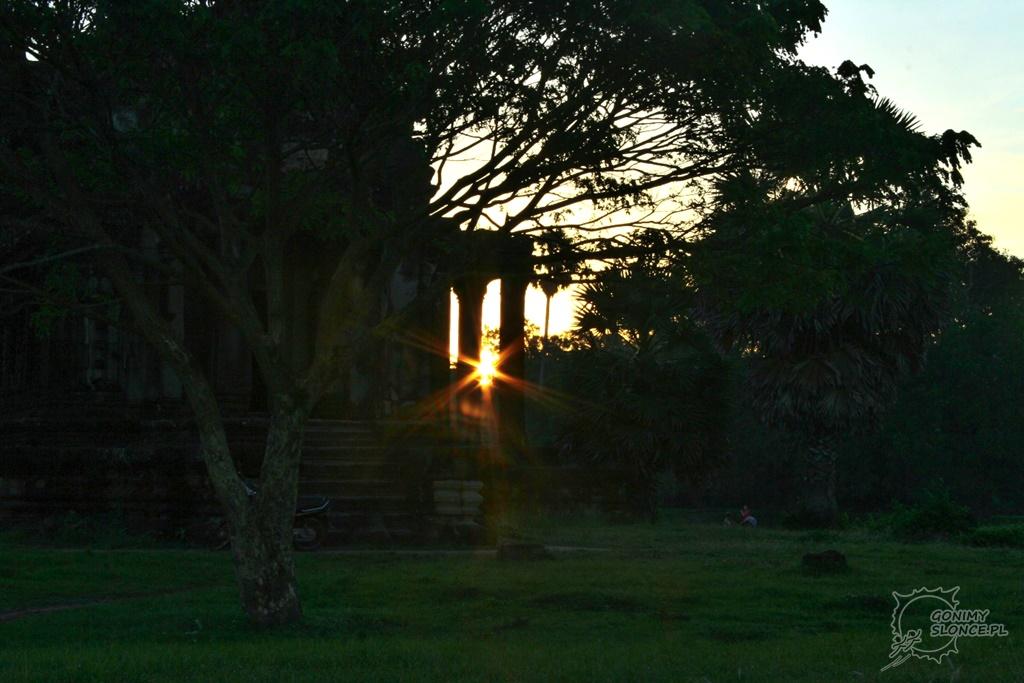 Wschodzące słońce w Angkor Wat