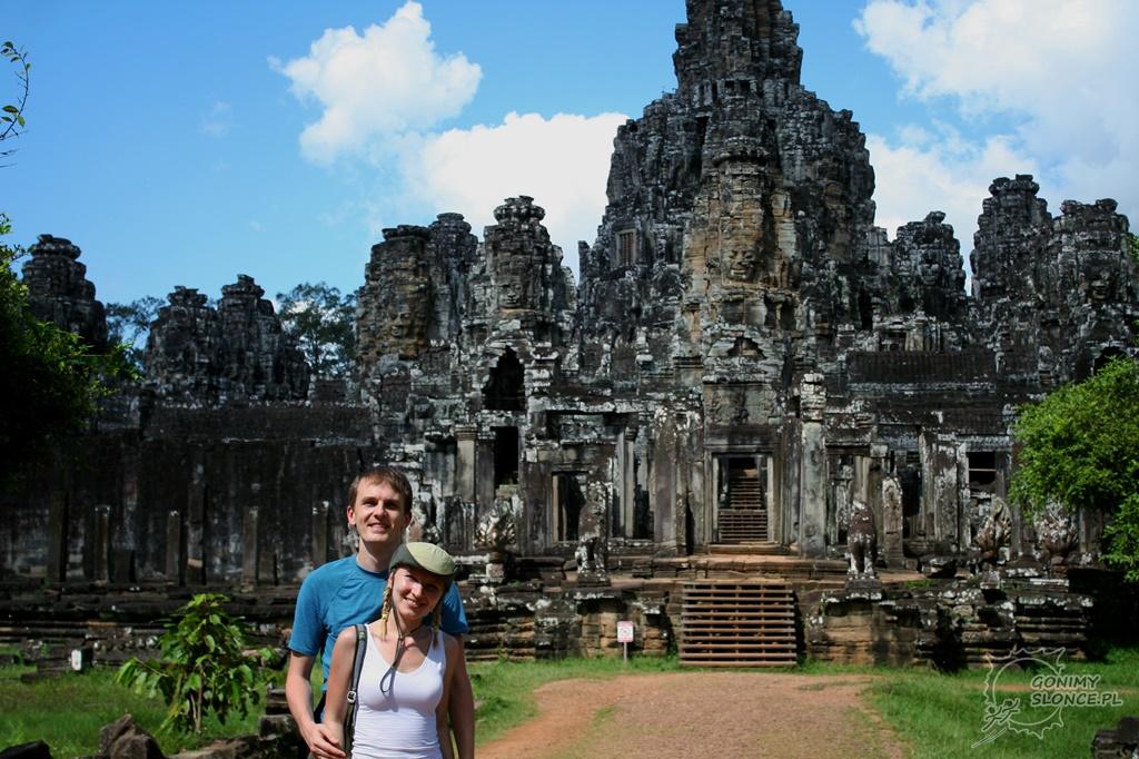 Ewa i Romek przed świątynią Bayon
