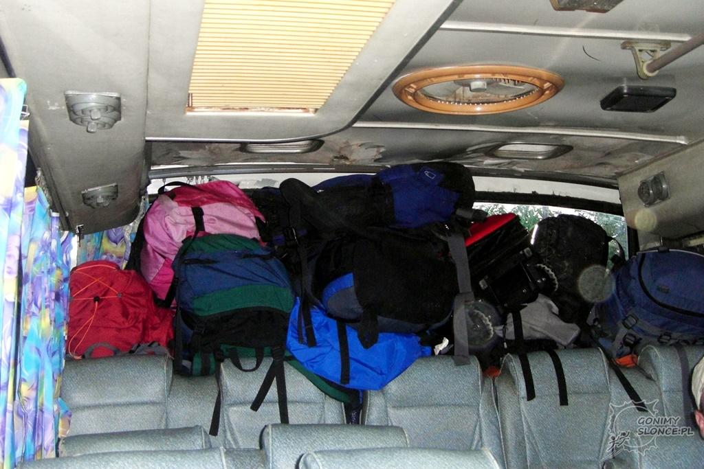 Bagażnik na plecaki w busie