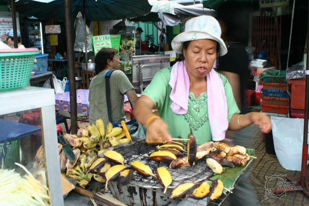 Pieczone banany na targu, Tajka