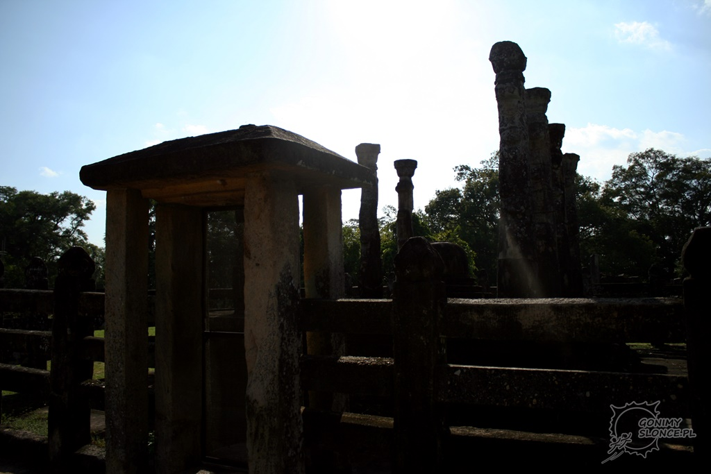 Polonnaruwa - słońce nad światynią