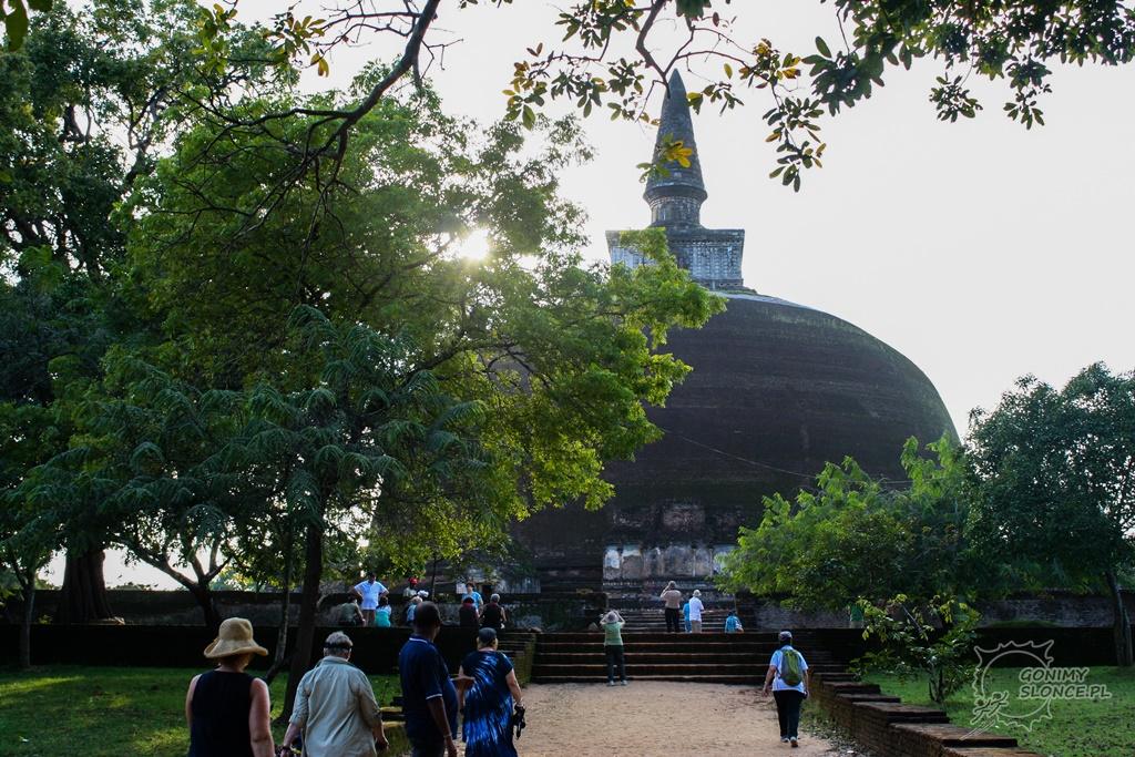 Polonnaruwa - turyści i światynie