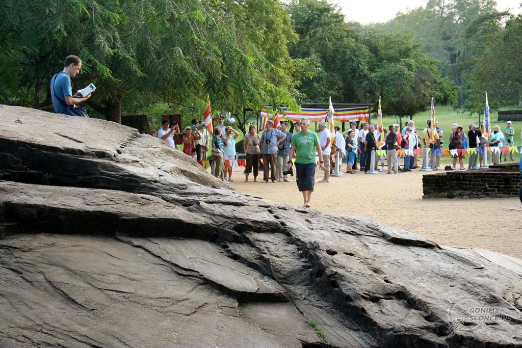 Polonnaruwa, turyści i Romek z przewodnikiem
