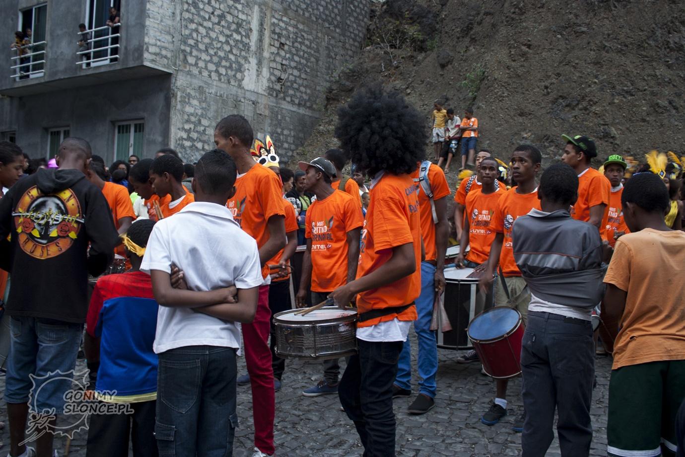 Perkusiści podczas pochodu