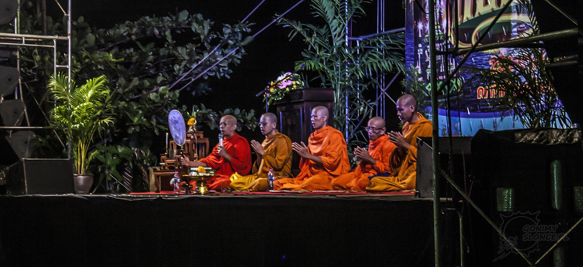 Tajlandia festiwal Loy Krathong - światła i lampiony