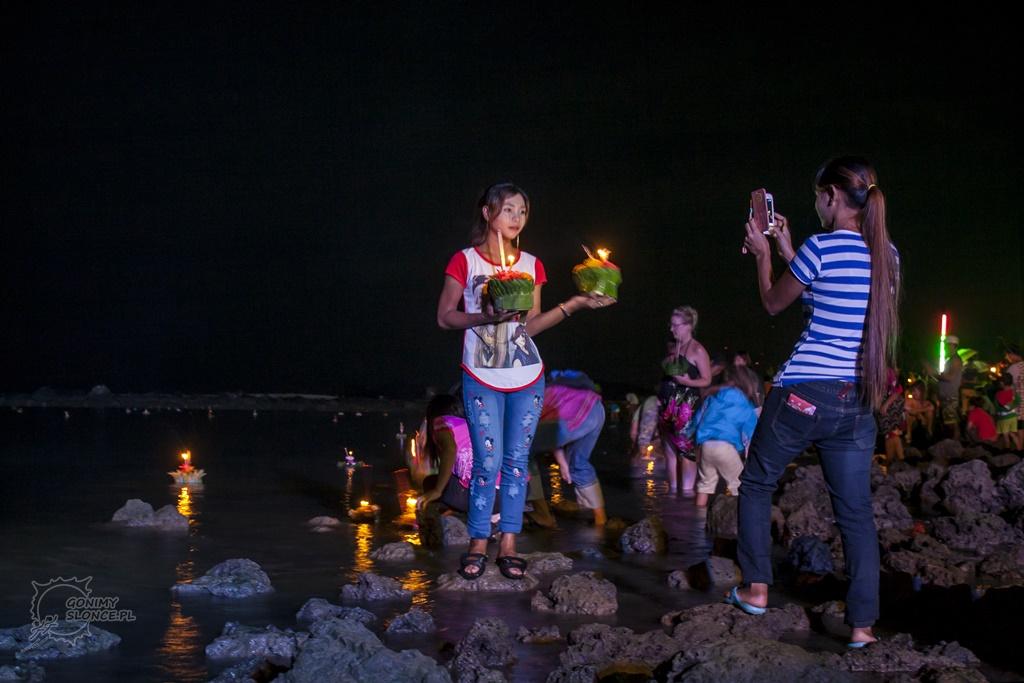 Loy Krathong i fotka nad wodą