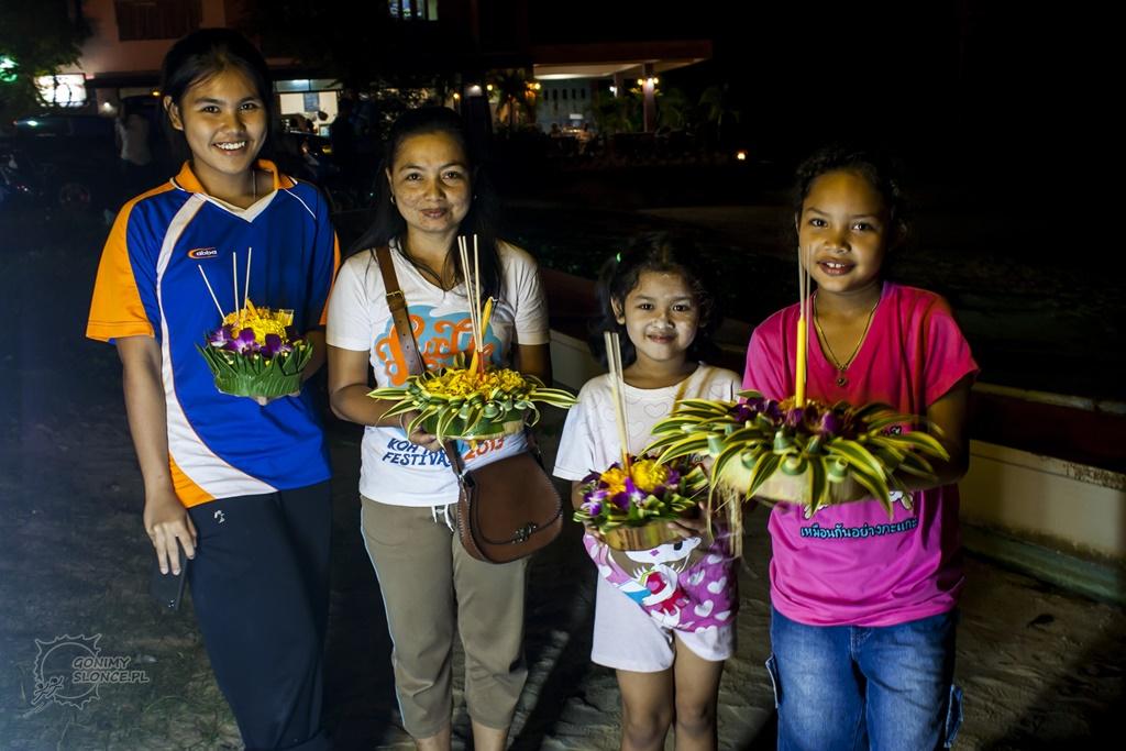 Loy Krathong i rodzinka z łódeczkami
