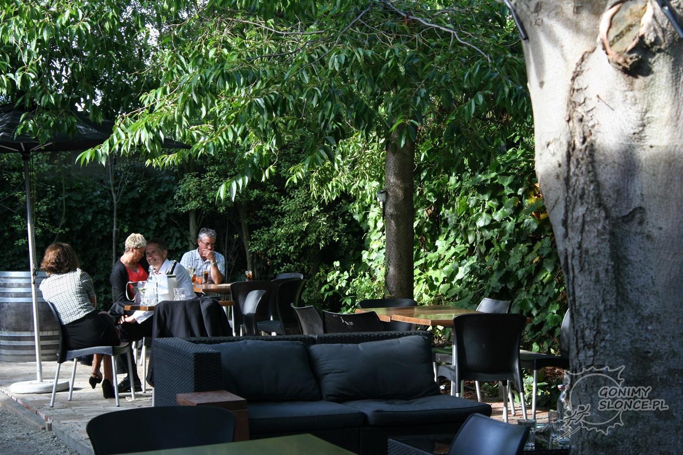 A życie toczy się dalej - ogródek w restauracji