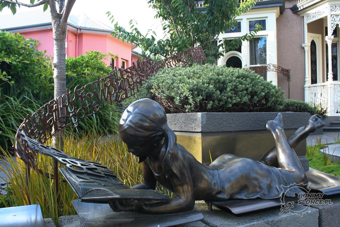 Pomnik przed biblioteką - Christchurch