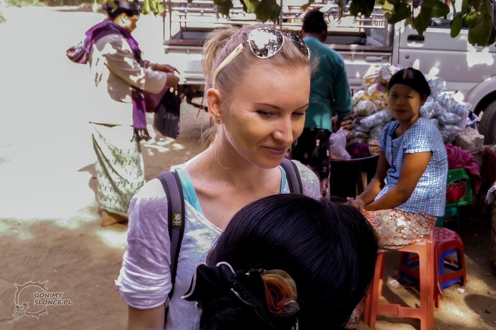 Biała kobieta i thanaka, makijaż inaczej, birmański make up
