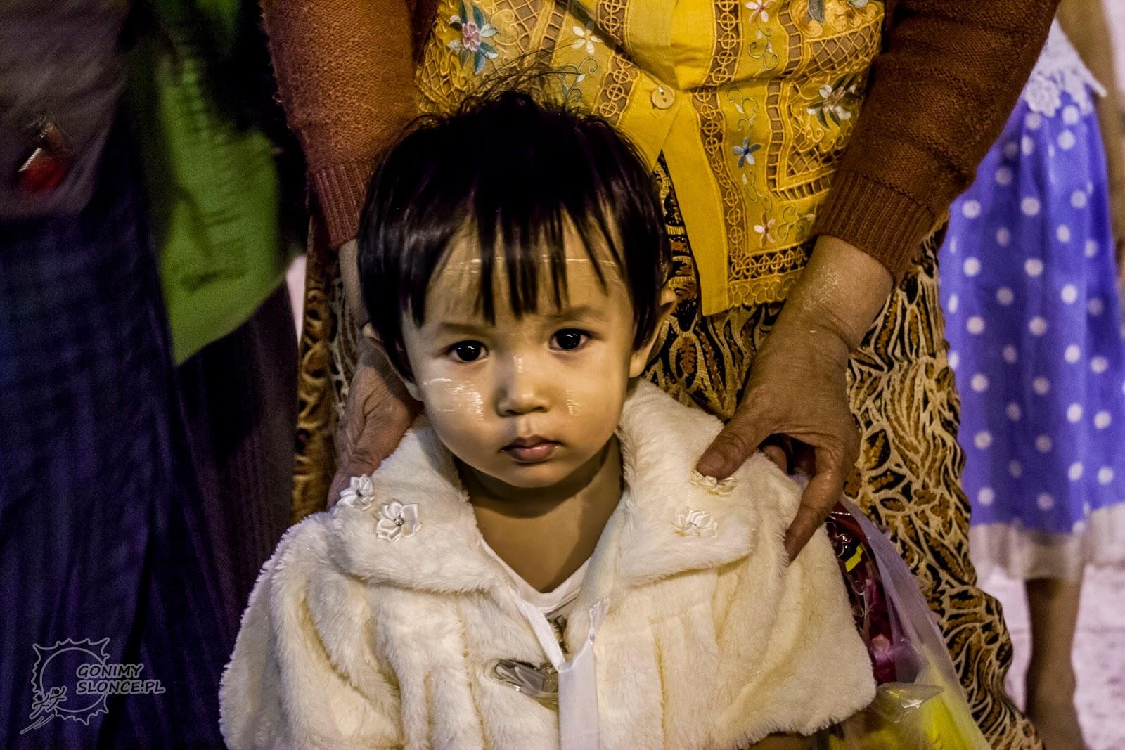 Dziecko i thanaka na twarzy, Mjanma / Birma