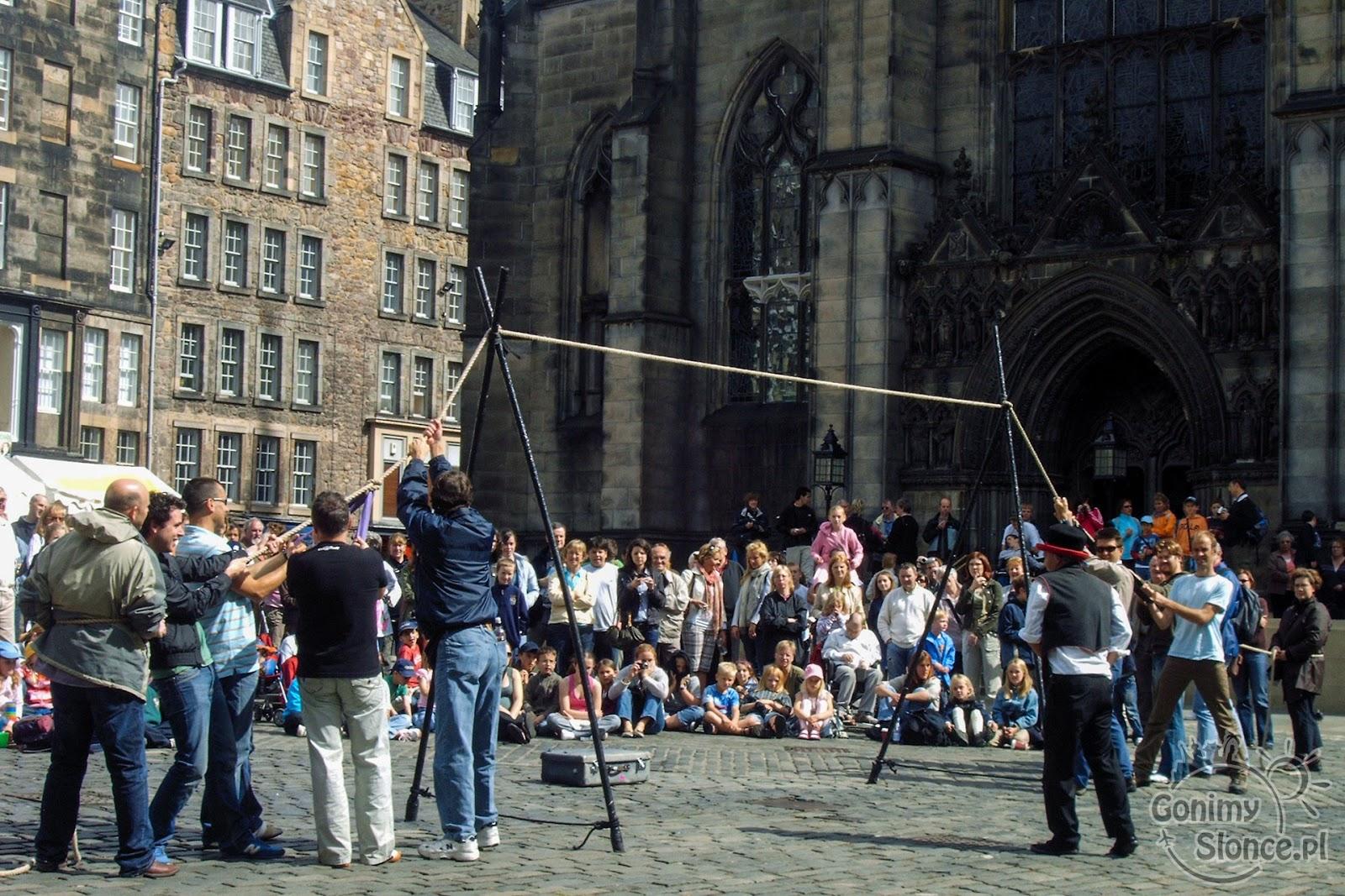 Zabawy festiwalowe na ulicach Edynburga