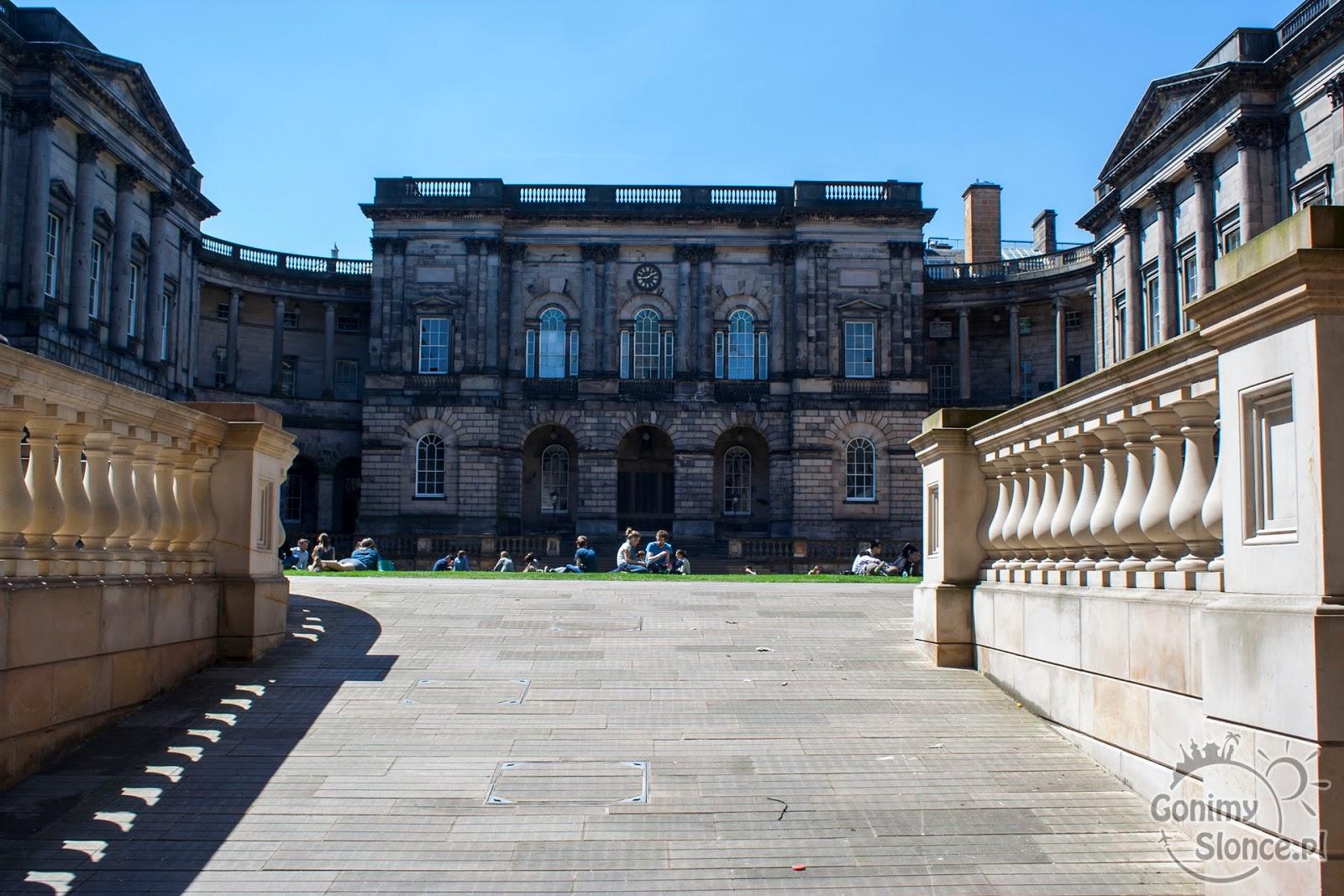 Dziedziniec Uniwersytetu w Edynburgu - przewodnik po stolicy Szkocji