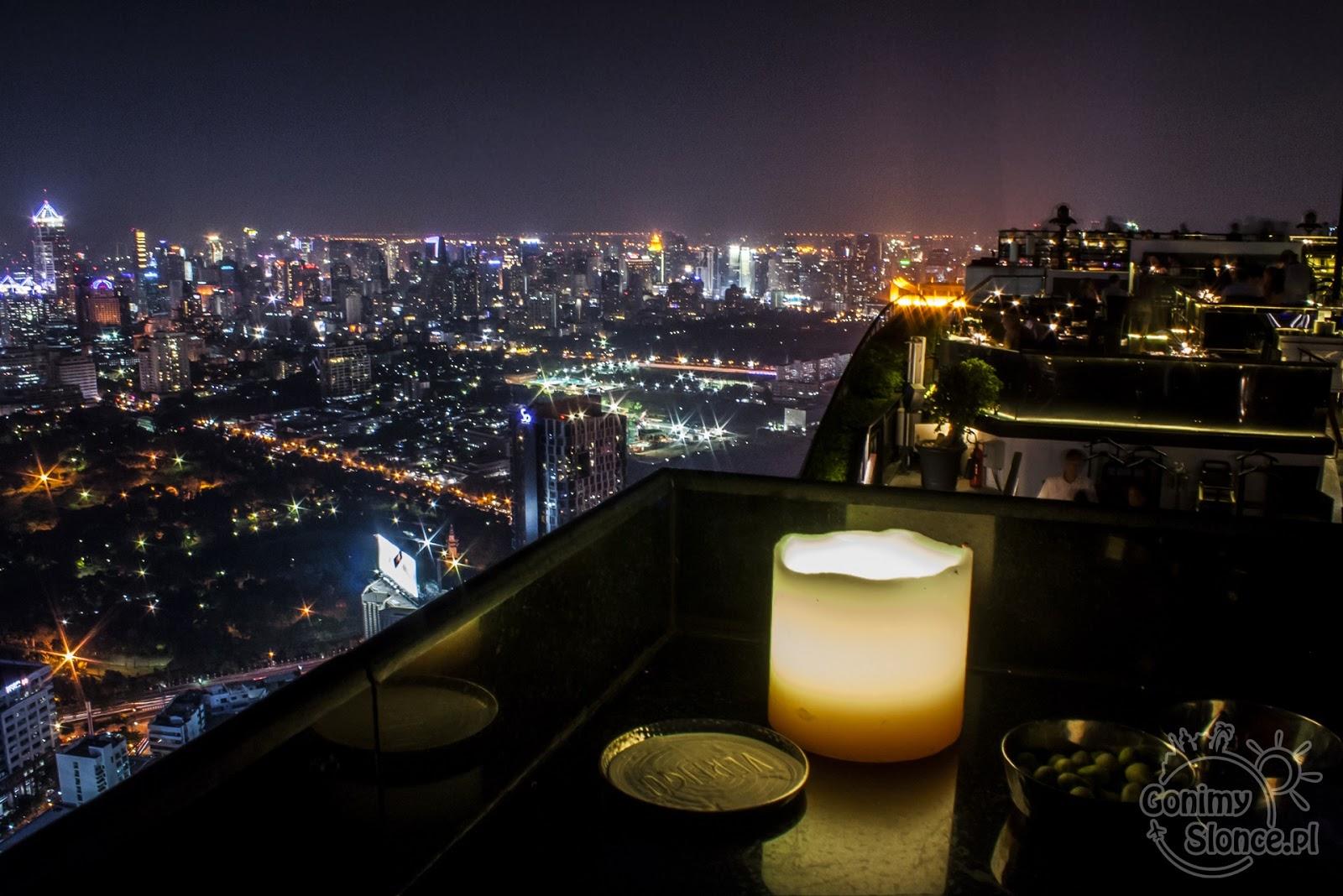 Widok na Bangkok z restauracji na dachu drapaczy chmur - skybar