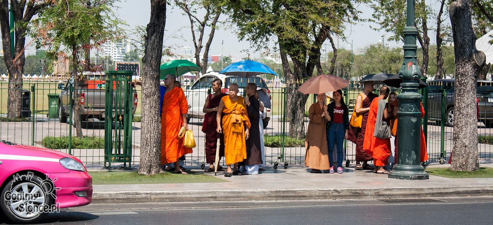 Mnisi i Mniszki na ulicy w Bangkoku, parasolki na słońce