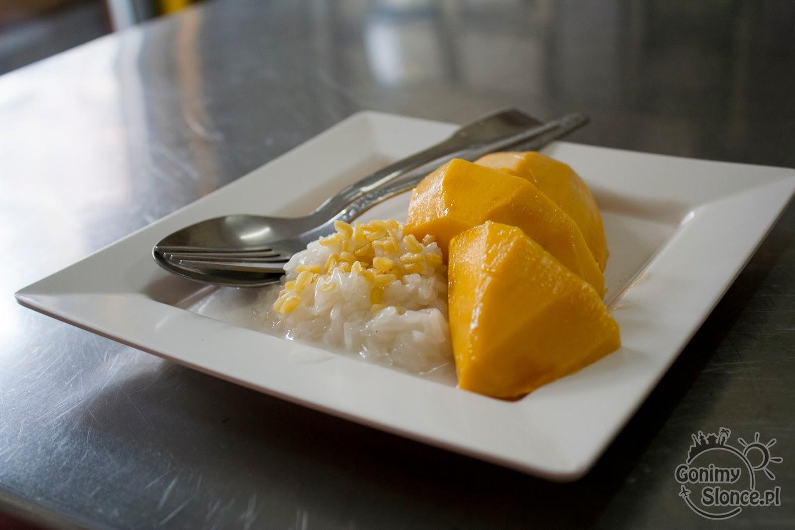 Sicky rice with mango (ryż kleisty z mango), widelec (prawa ręka) i łyżka (lewa ręka)