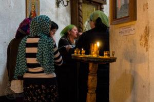 Cerkiew od wewnątrz, śpiewające kobiety