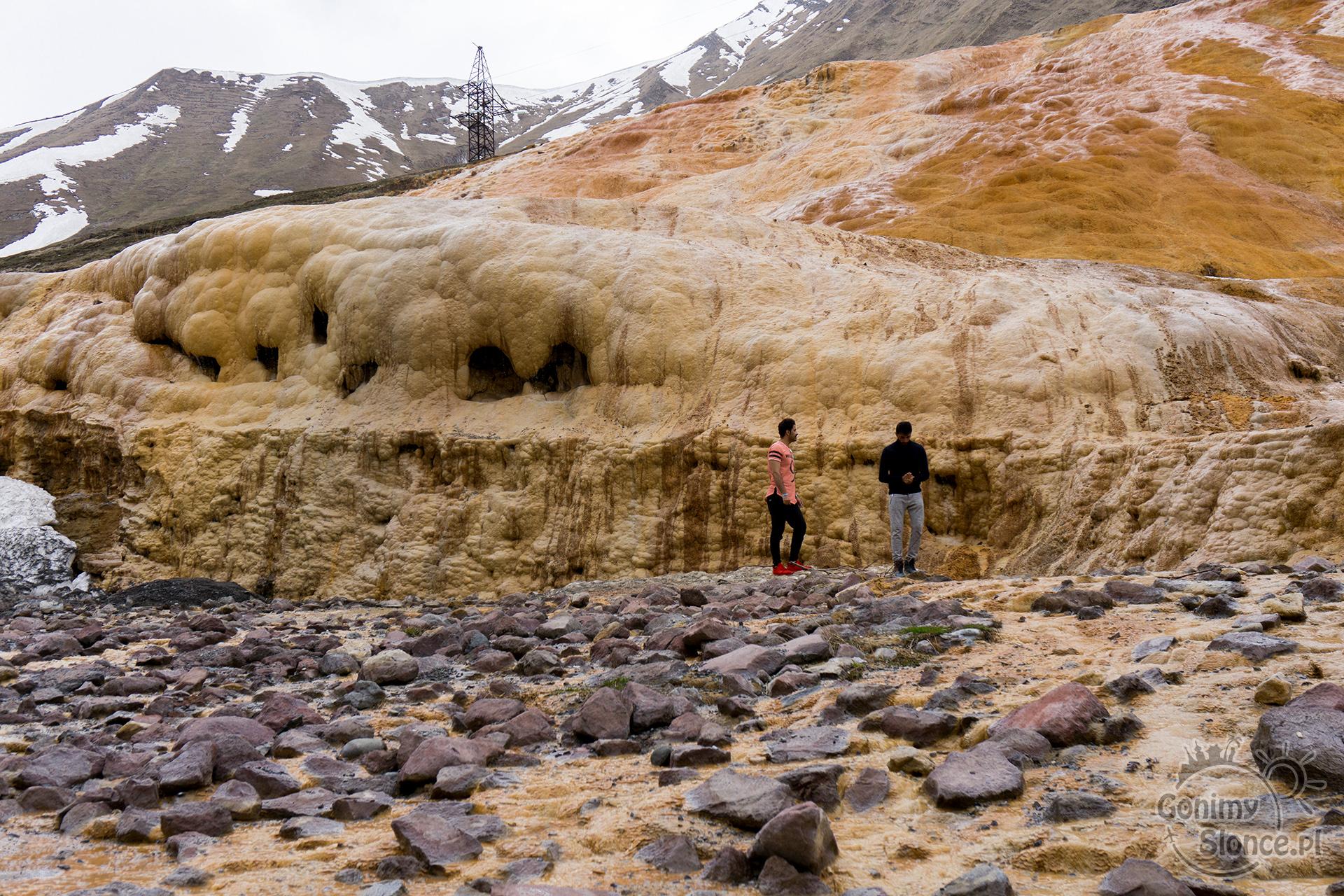 Naturalna woda mineralna spływająca po zboczy góry - Gruzińska Droga Wojenna