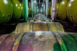 Beczki z leżakującymi winem, Kachetia