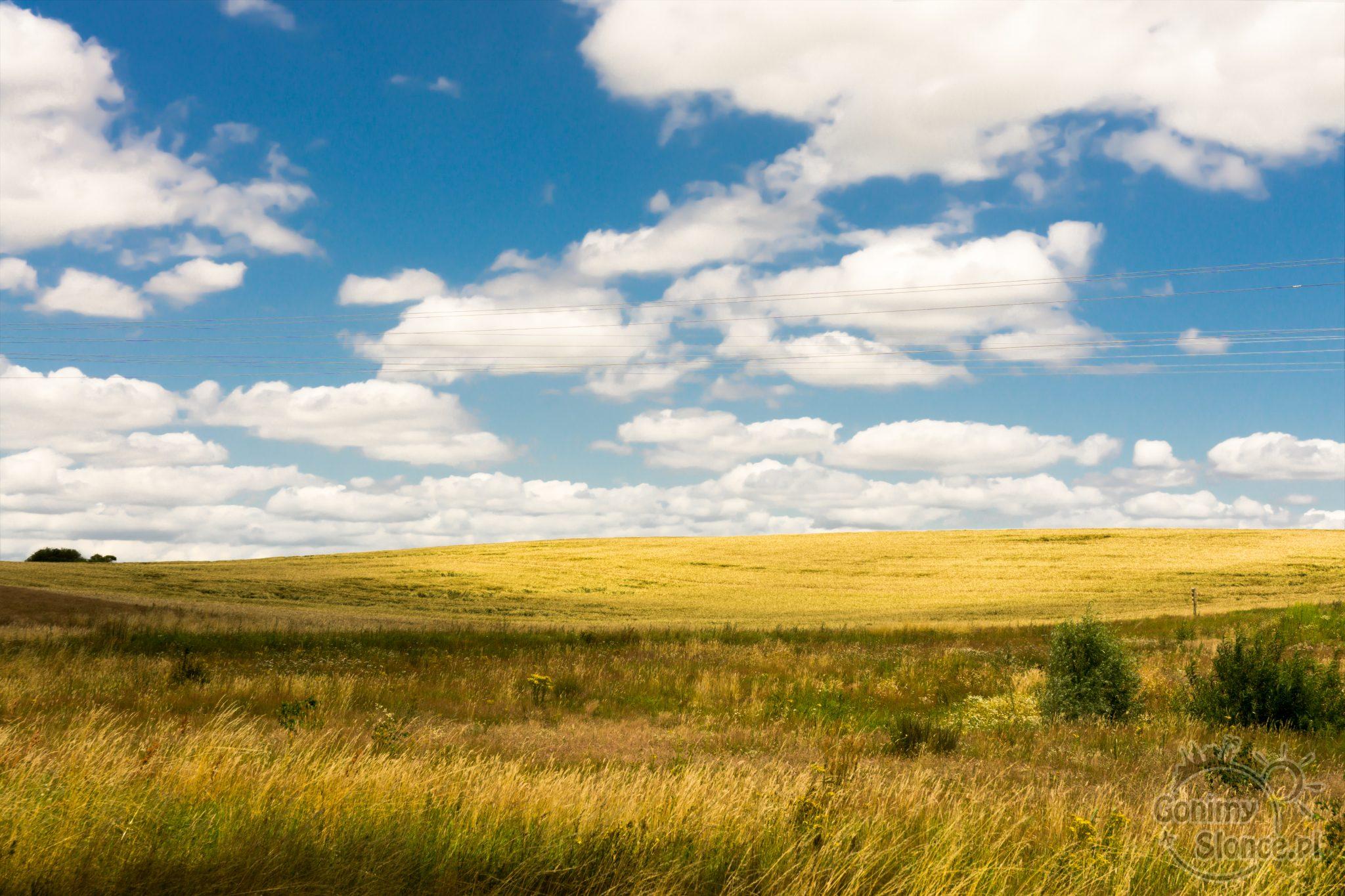 Chmury i pola, piękne pejzaże