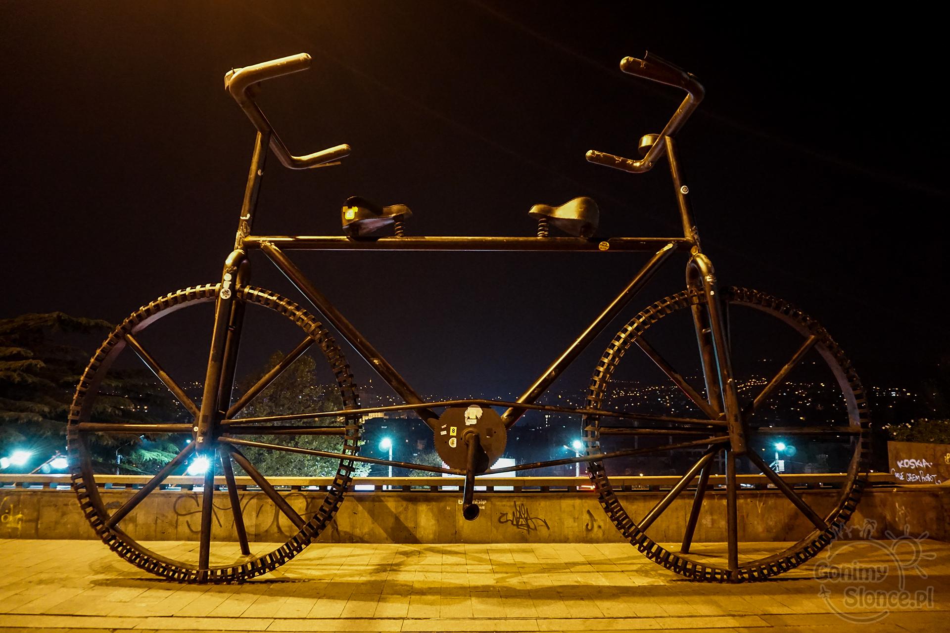 Nocne Tbilisi - Nocna Aleja Rustaveli i wielki rower