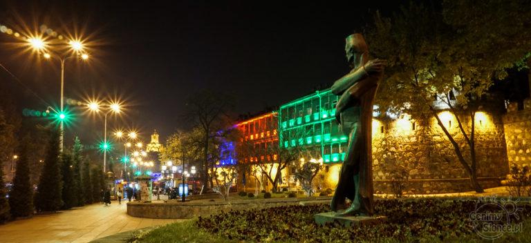 Nocne Tbilisi - przedłużony czas naświetlania w fotografii miejskiej