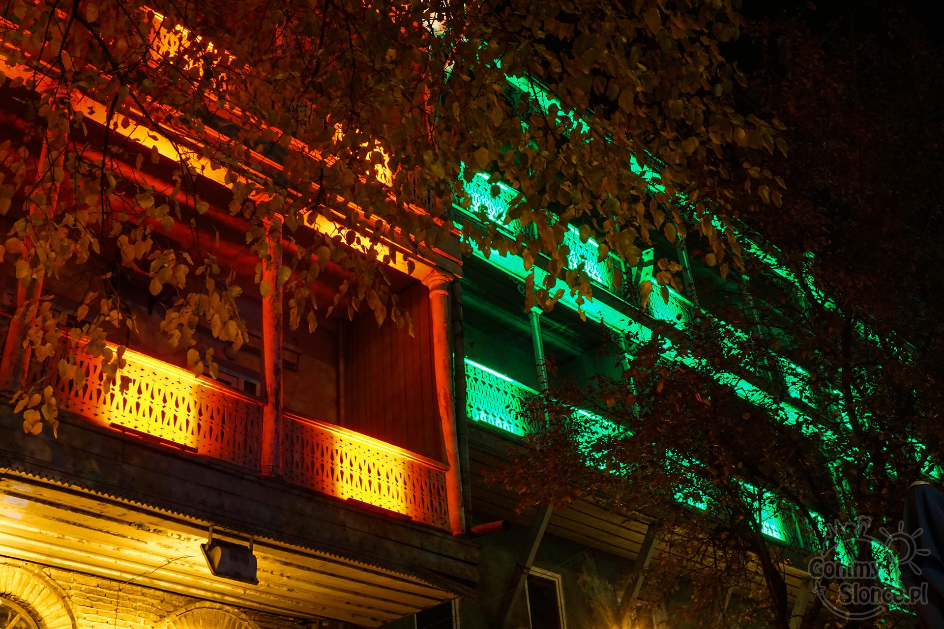 Nocne Tbilisi -  oświetlone Mury Starego Miasta