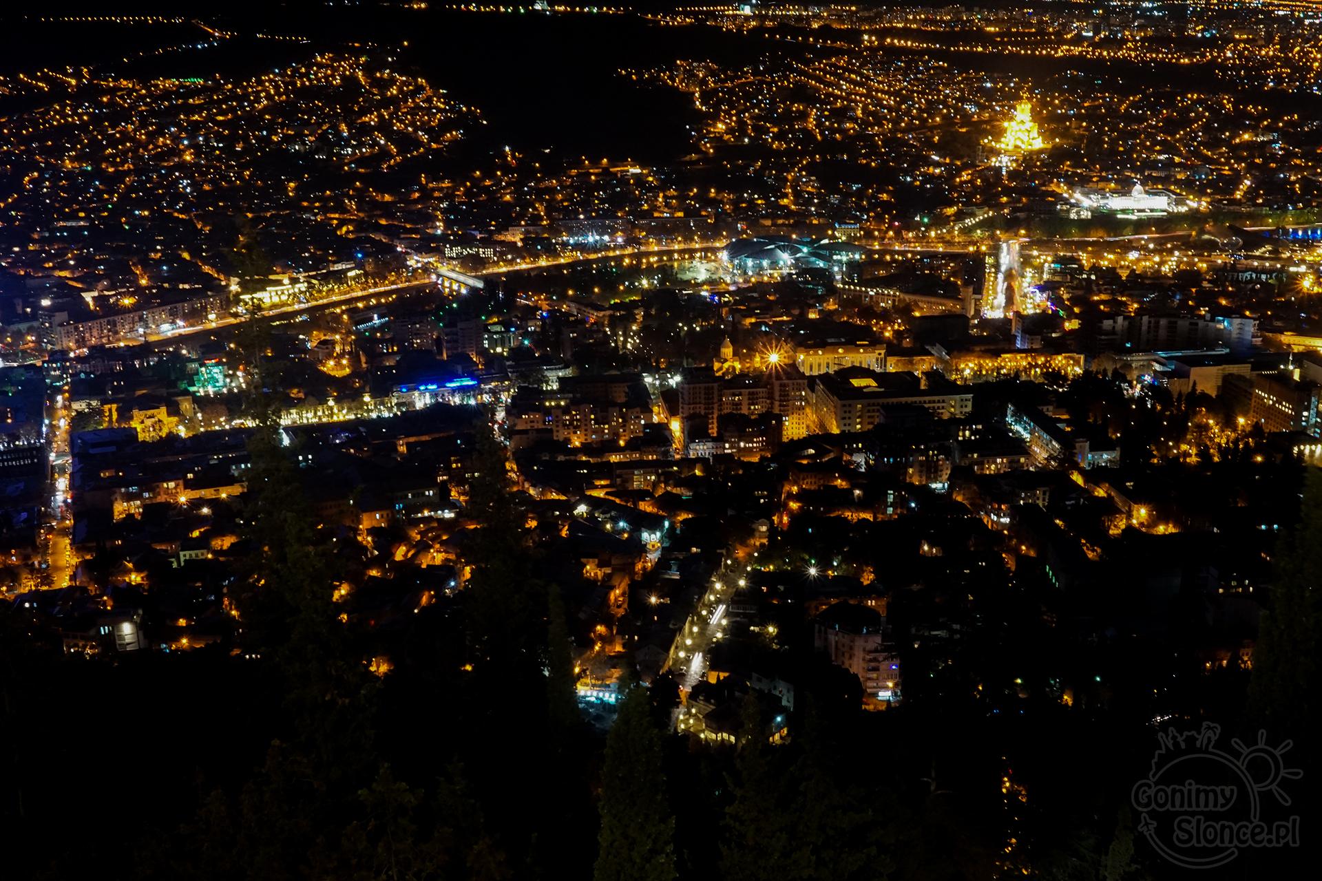 Nocne Tbilisi - widok z Góry Mtatsminda, Sobór Trójcy Świętej