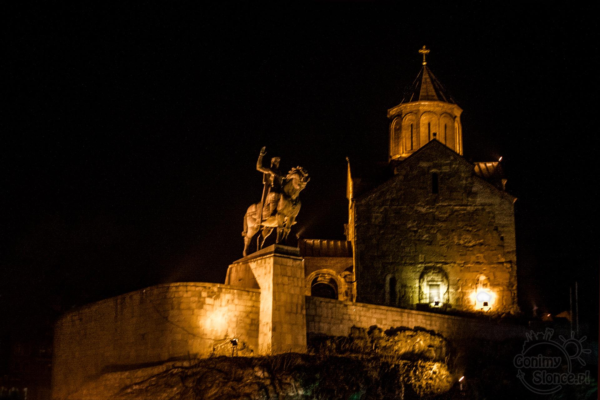 Nocne Tbilisi - Kościół Metecchi oraz król Wachtang I Gorgasali na koniu (legendarny założyciel miasta Tbilisi)