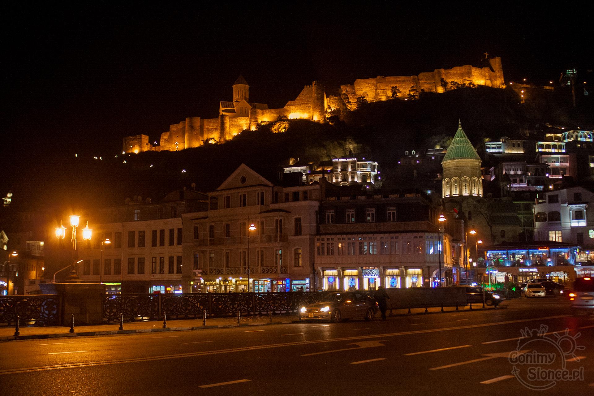 Nocne Tbilisi - Twierdza Narikala i armeńska świątynia