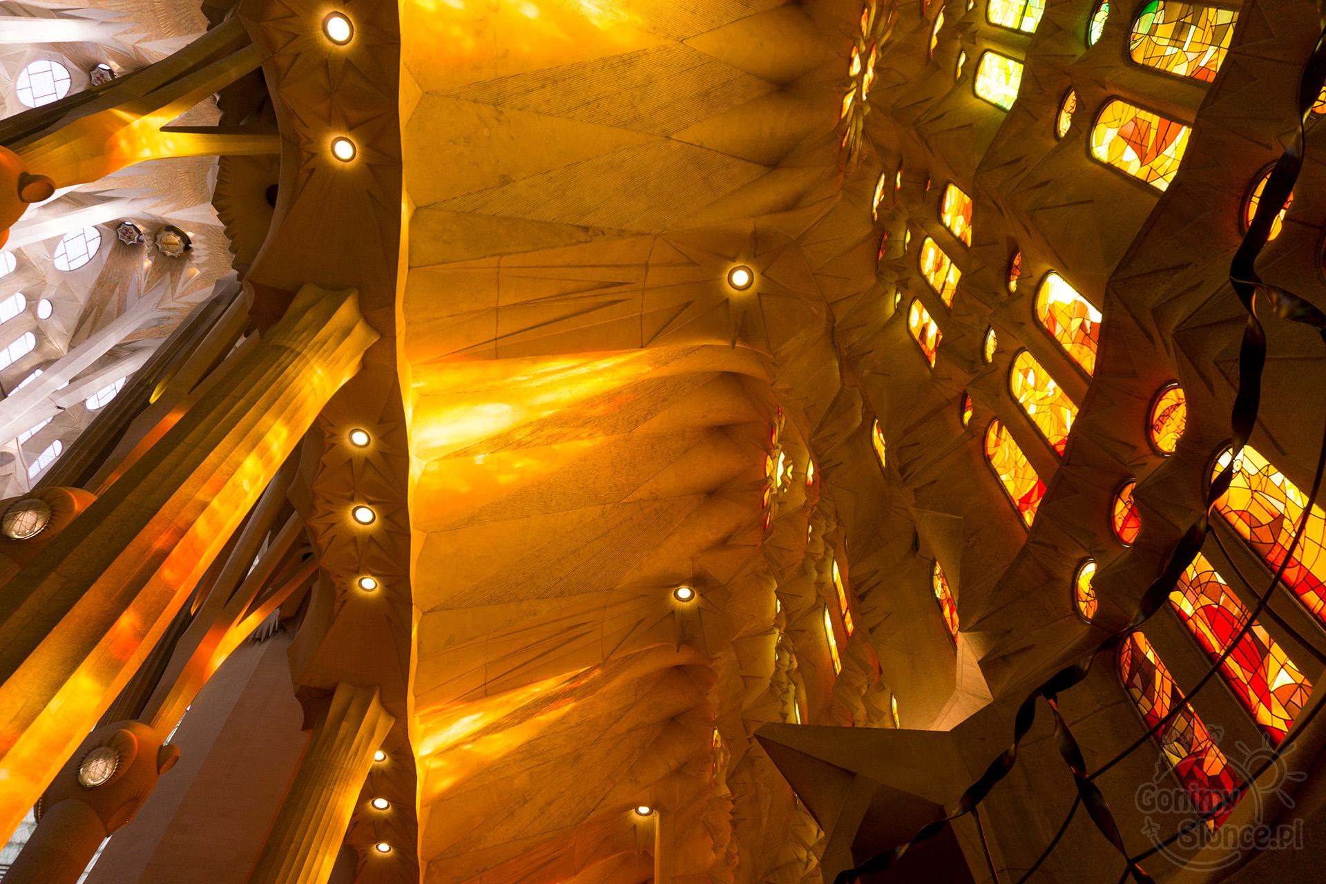 Sagrada Familia - gra świateł we wnętrzu