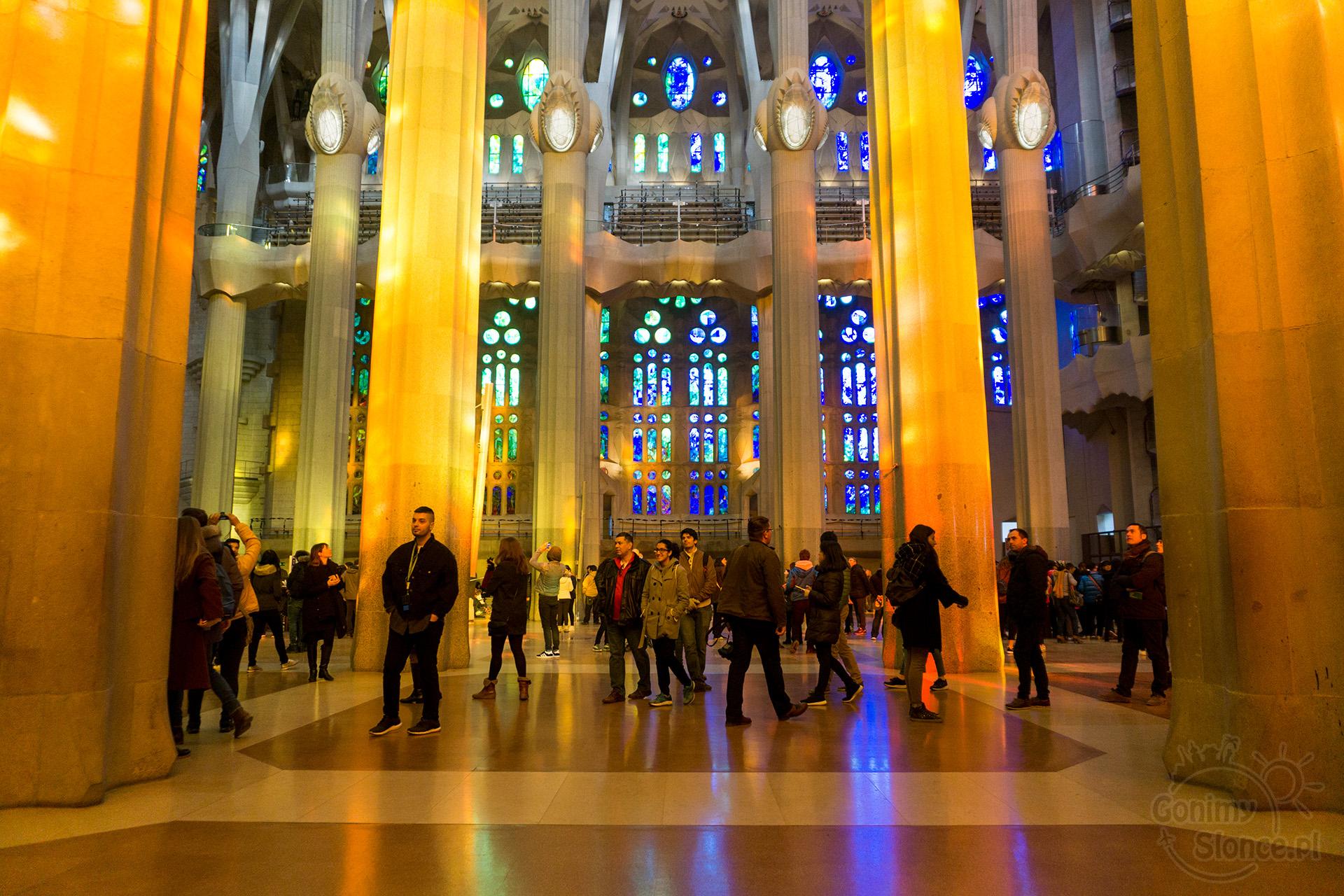 Sagrada Familia - kolorowe wnętrze