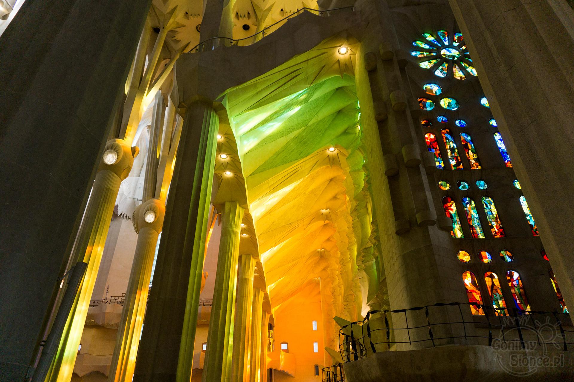 Sagrada Familia - wnętrze w słoneczną pogodę