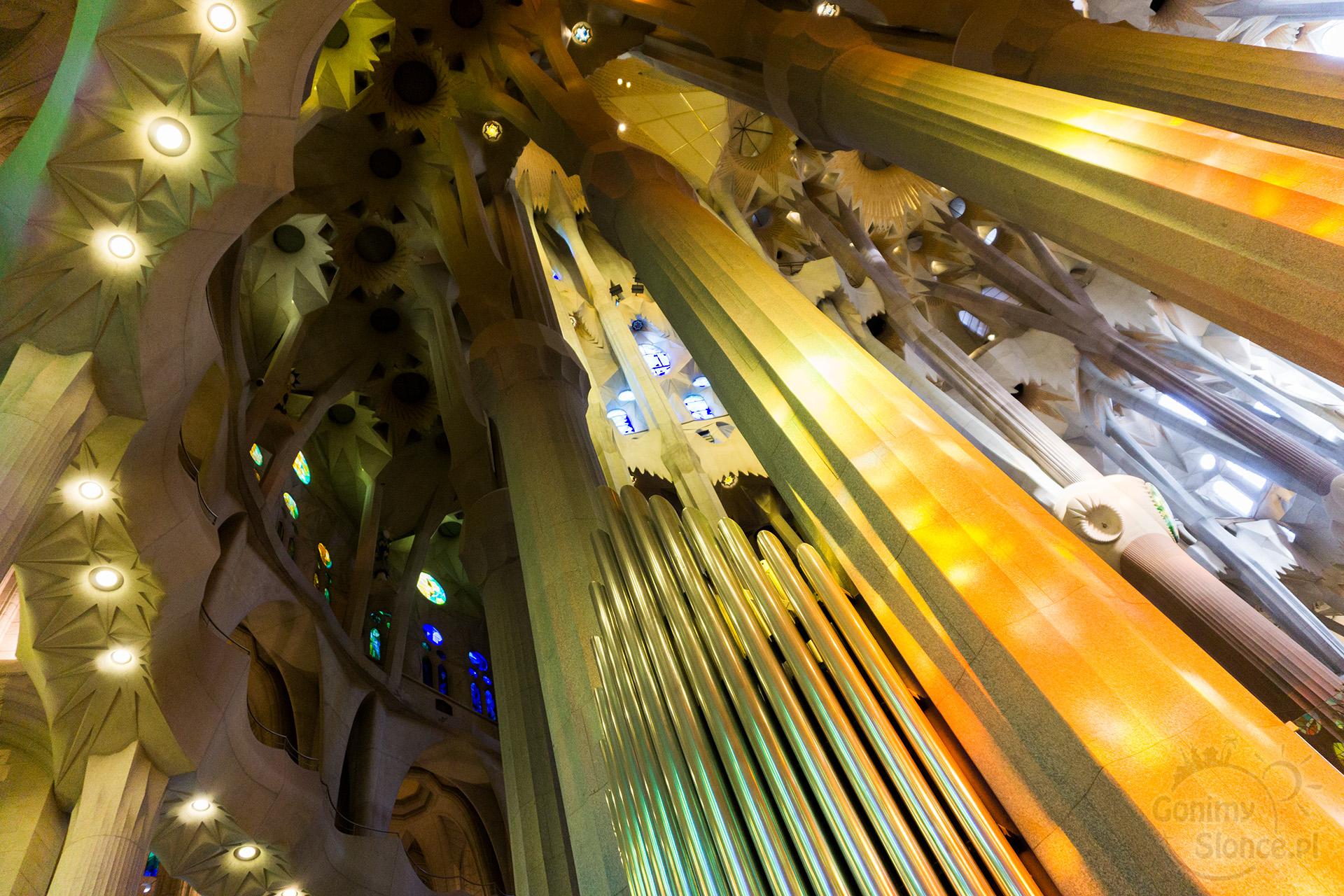 Sagrada Familia - organy i ołtarz