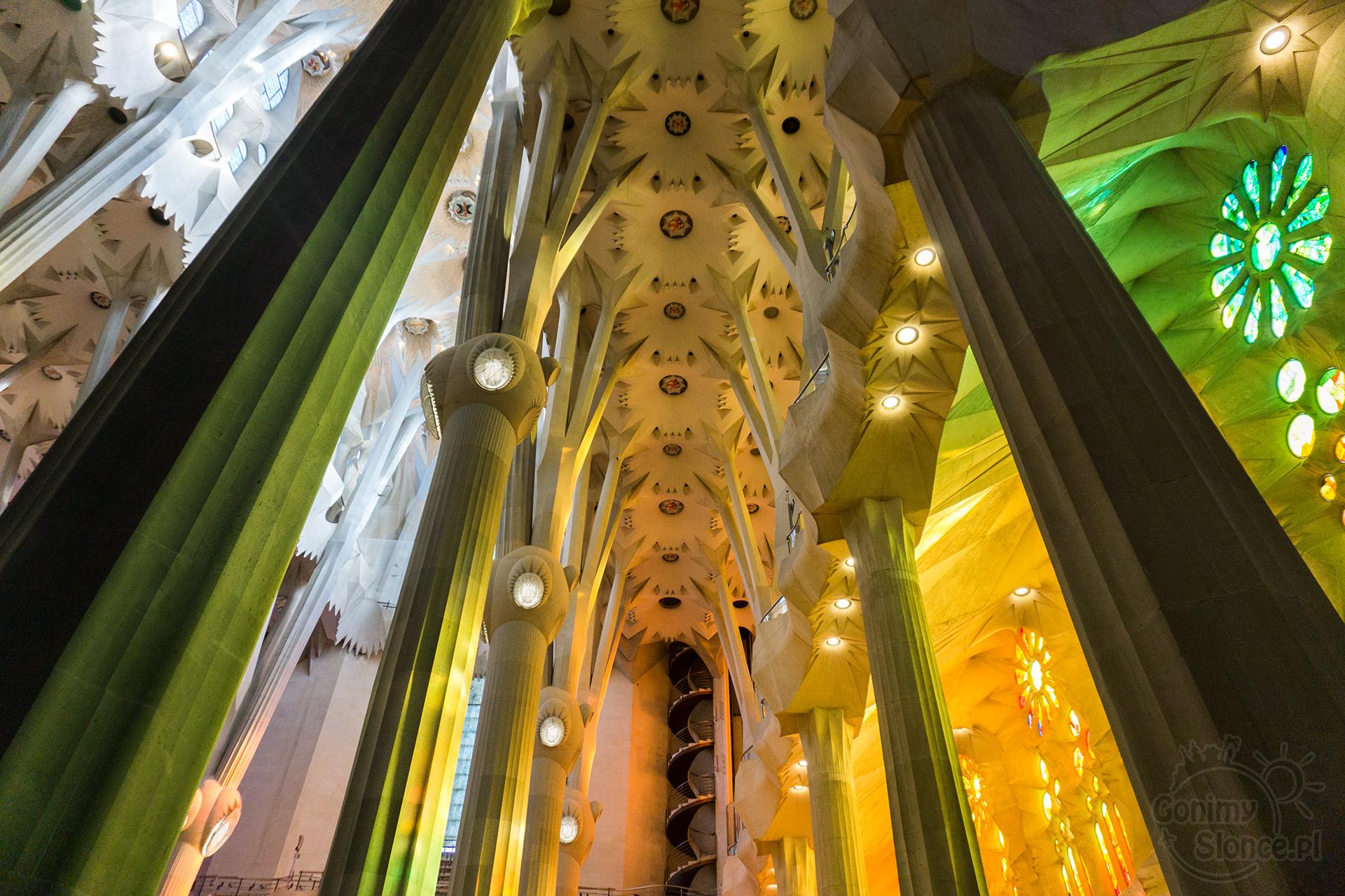 Sagrada Familia - sklepienie w kolorach witraży
