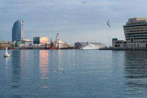 Port w Barcelonie, zachód słońca