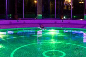 kąpiel w basenie solankowym