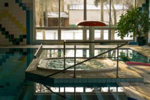 Jacuzzi i basen w rekreacyjnej części SPA Unitral