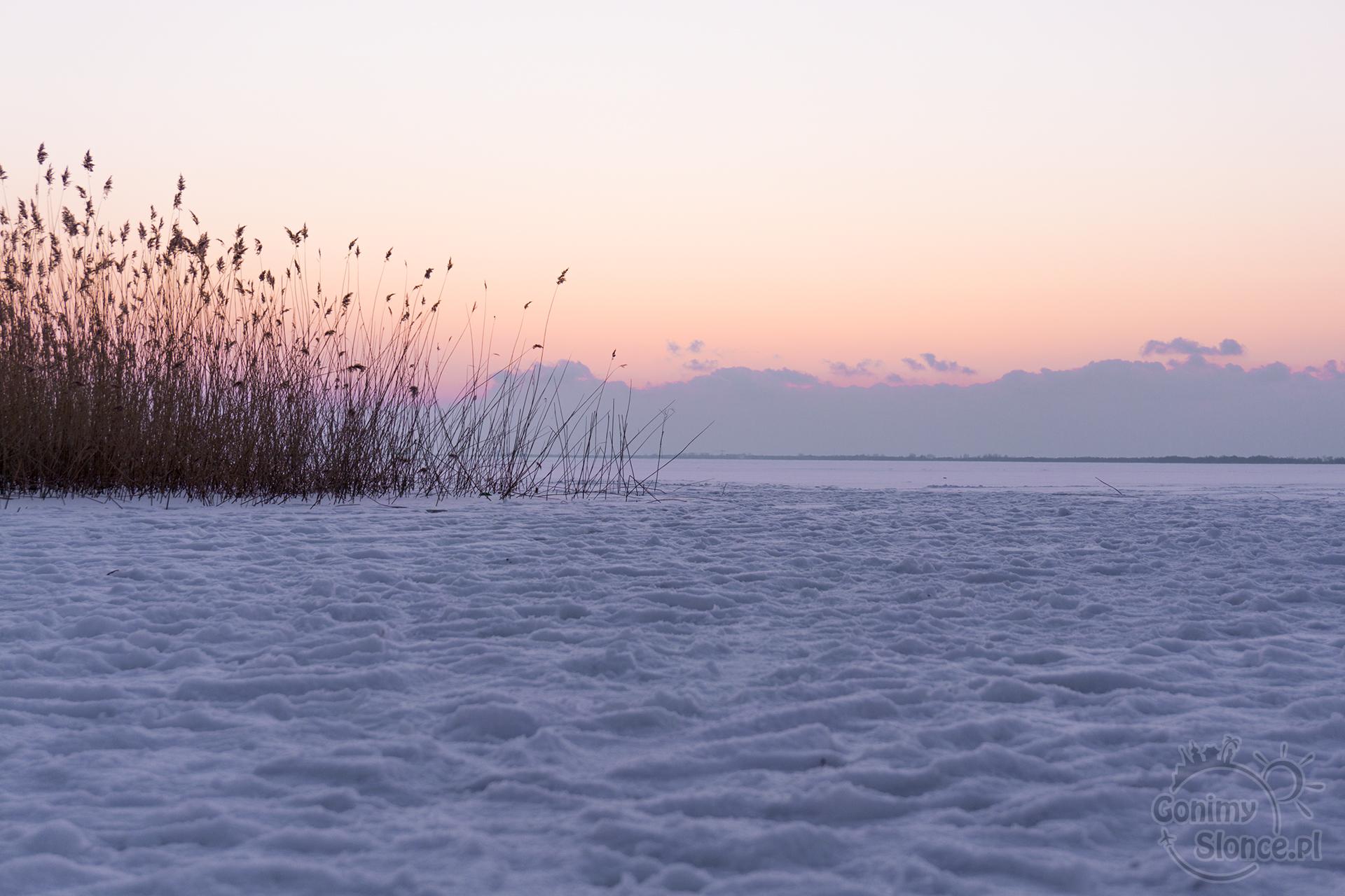 Mielno i okolice - zamarznięte jezioro zimą