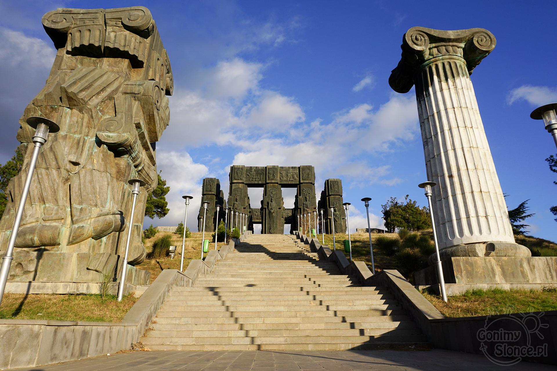 Tbilisi TOP 10 miejsc które warto zobaczyć | Pomnik Historii Gruzji | Chronicle of Georgia | Tbilisi Stonehenge