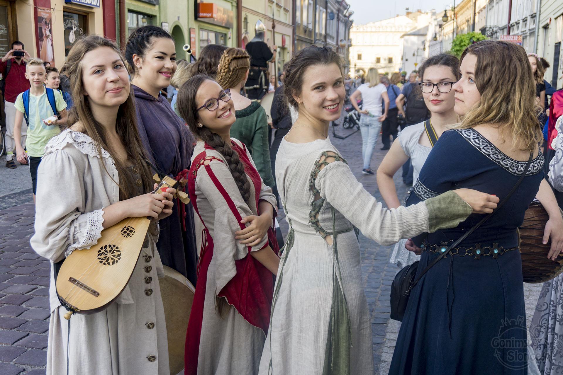 Jarmark Jarosławski | Handel teatr muzyka - piękne Polki w strojach historycznych