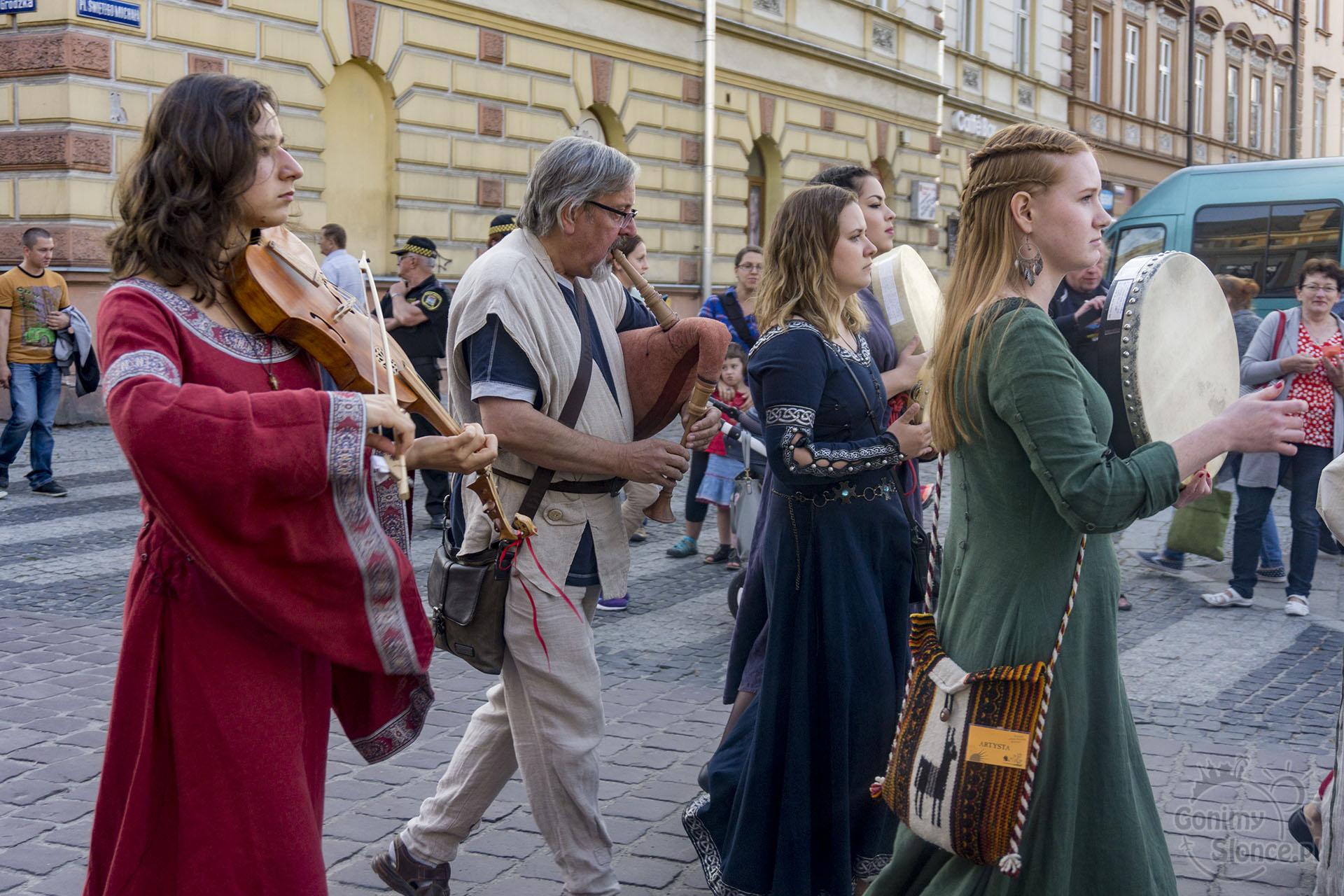Jarmark Jarosławski | Handel teatr muzyka - pochód muzyków