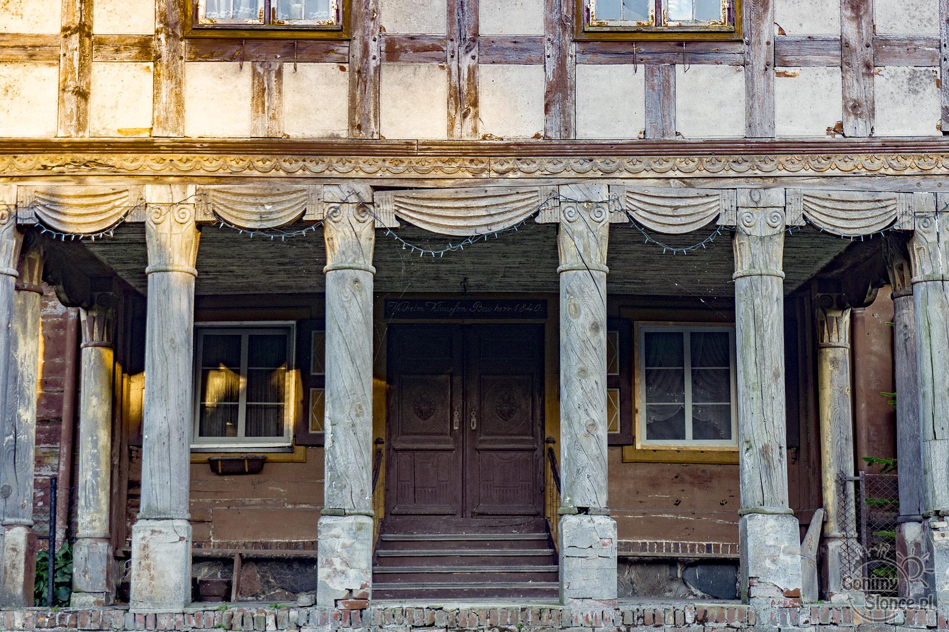 Żuławy - dom podcieniowy - kolumny - detal