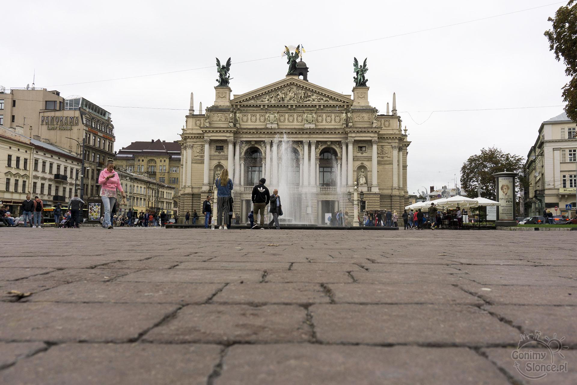 Opera we Lwowie, Plac i fontanna