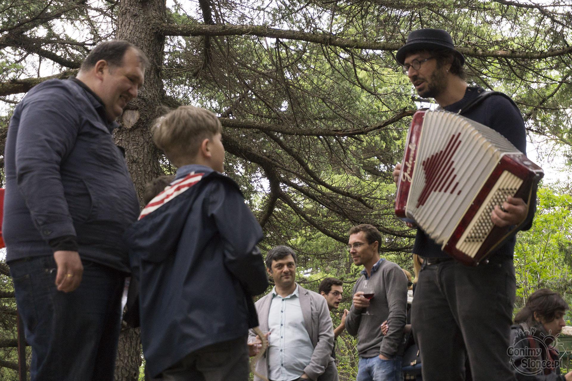 Tbilisi - festiwal wina tego młodego -muzyka w Mtatsminda Park