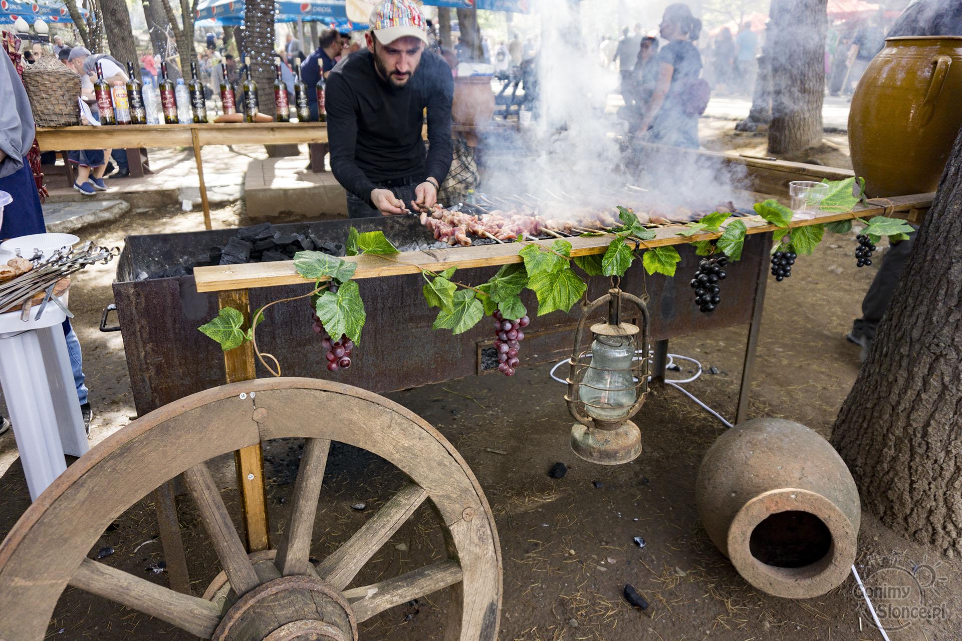 Festiwal Młodego Wina - grill i wino w Tbilisi - Mtatsminda Park