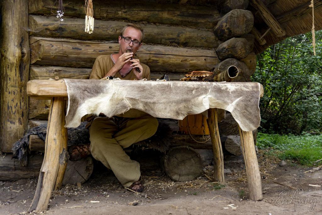 Muzyk i artysta w biskupińskiej wiosce średniowiecznej