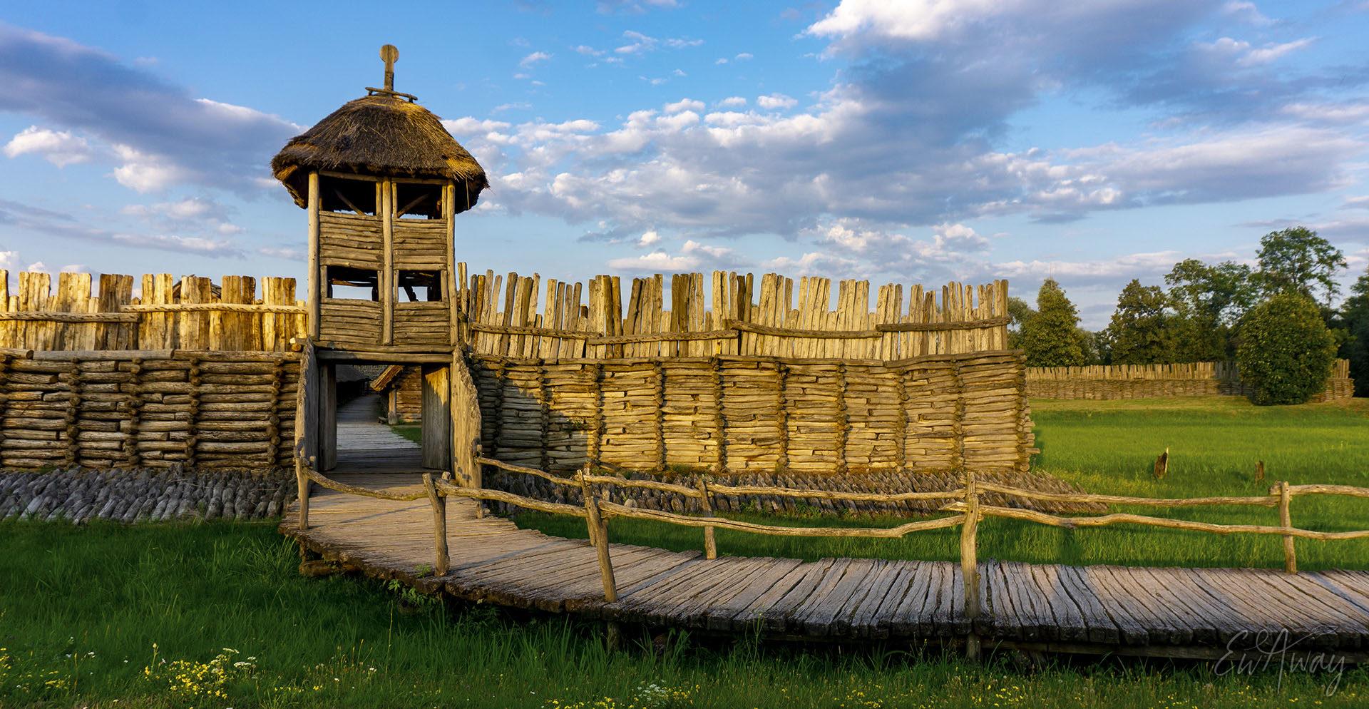 Biskupin Osada Łużycka - brama | EWAway
