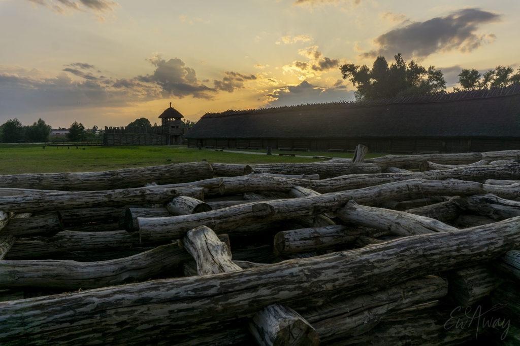 Zachód słońca nad osadą w Biskupinie
